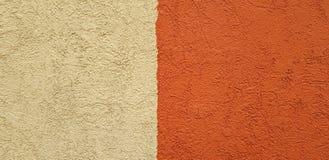 Muro de cemento marrón bicolor con textura áspera imágenes de archivo libres de regalías