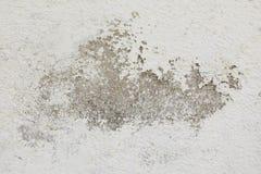 Muro de cemento, pintado en blanco, con la pintura dañada Fondo para su diseño Imágenes de archivo libres de regalías