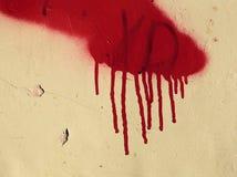 Muro de cemento viejo con corridas rojas de la pintura Fotografía de archivo libre de regalías