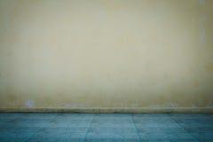 Muro de cemento y piso viejos fotografía de archivo