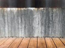 Muro de cemento y suelo de madera Imagenes de archivo