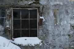 Muro de cemento y ventana viejos con la reja del metal fotografía de archivo libre de regalías