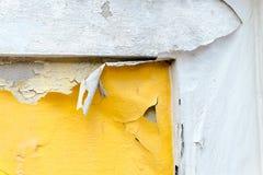 Muro de cimento amarelo rachado da cor da pintura, fundo da textura foto de stock