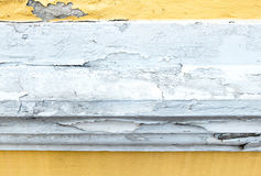 Muro de cimento amarelo rachado da cor da pintura, fundo da textura imagem de stock royalty free