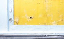 Muro de cimento amarelo rachado da cor da pintura, fundo da textura fotos de stock royalty free