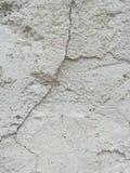Muro de cimento branco com quebra imagens de stock