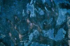 Muro de cimento coberto com as manchas azuis da pintura - fundo do grunge Imagem de Stock Royalty Free