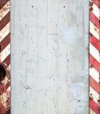 Muro de cimento com listras de advertência imagens de stock