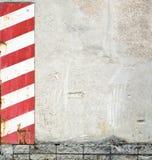 Muro de cimento com listras de advertência fotografia de stock