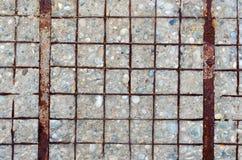 Muro de cimento com o reforço descoberto, oxidado fotografia de stock royalty free