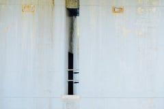 Muro de cimento com porta e trilhos sob a ponte Foto de Stock