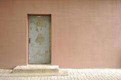 Muro de cimento com porta velha imagem de stock