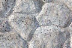 Muro de cimento com projeto dos cobble-stones fotografia de stock royalty free