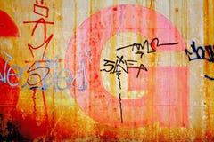 Muro de cimento com rotulação, fundo sujo Fotos de Stock Royalty Free