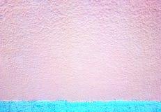 Muro de cimento cor-de-rosa com fundo ciano dos ganhos líquidos do aqua imagens de stock royalty free