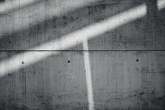 Muro de cimento desencapado liso sujo da placa horizontal da foto com os raios de sol que refletem na superfície da obscuridade S Fotos de Stock Royalty Free