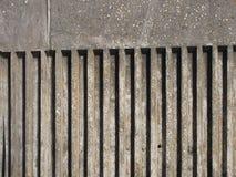 Muro de cimento escuro exterior velho com projeto acanelado da listra vertical com uma textura moldada áspera com sombra fotos de stock royalty free