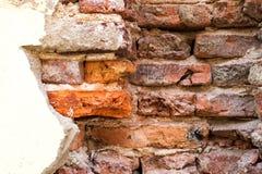 Muro de cimento quebrado da parede de tijolo velha da mostra da casa imagem de stock