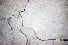 Muro de cimento rachado coberto com a superfície cinzenta do cimento como o backgr fotos de stock royalty free