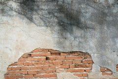 Muro de cimento velho com fundo dos tijolos Imagens de Stock Royalty Free