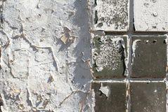 Muro de cimento velho que é coberto em parte com o fundo da textura dos azulejos imagem de stock