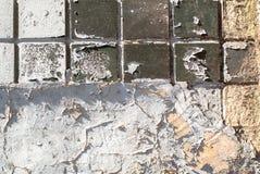 Muro de cimento velho que é coberto em parte com o fundo da textura dos azulejos imagens de stock
