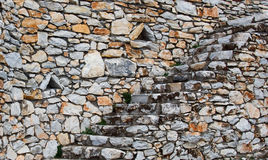 Muro de piedra natural de la escalera y de contención Foto de archivo libre de regalías