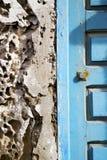 muro di cemento in Africa la vecchia casa di legno della facciata e il padl sicuro Fotografia Stock Libera da Diritti