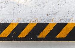 Muro di cemento con il modello a strisce di cautela fotografia stock libera da diritti