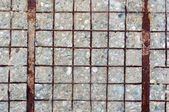 Muro di cemento con il rinforzo scoperto, arrugginito fotografia stock libera da diritti