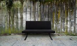 Muro di cemento con il sofà Immagine Stock Libera da Diritti