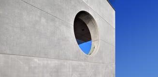 Muro di cemento con una finestra rotonda fotografia stock