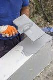 Muro di cemento del cappotto della schiuma facendo uso del gesso dell'insieme Fotografia Stock Libera da Diritti