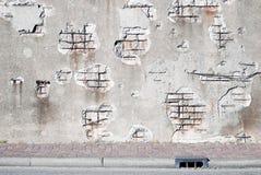 Muro di cemento di decomposizione con il marciapiede Immagini Stock