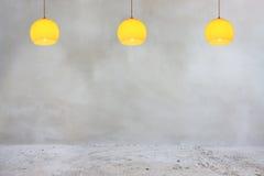 Muro di cemento e pavimento con le lampade arancio Fotografia Stock