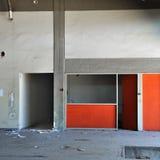 Muro di cemento e stanza vuota in fabbrica abbandonata immagine stock libera da diritti