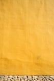 Muro di cemento giallo immagine stock