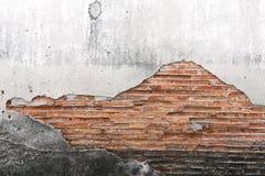 Muro di cemento incrinato coperto di superficie grigia del cemento come backgr fotografia stock