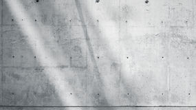 Muro di cemento nudo liscio Grungy dello spazio in bianco orizzontale della foto con i raggi di sole che riflettono sulla superfi Fotografia Stock