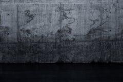 Muro di cemento scuro Grungy e pavimento bagnato Fotografia Stock Libera da Diritti