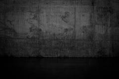 Muro di cemento scuro Grungy e pavimento bagnato Immagini Stock Libere da Diritti