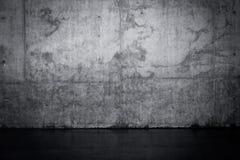 Muro di cemento scuro Grungy e pavimento bagnato Immagine Stock