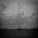 Muro di cemento scuro Grungy e pavimento bagnato Fotografia Stock