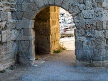 Muro di cinta medievale con l'arco Immagini Stock Libere da Diritti