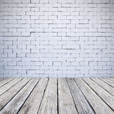 Muro di mattoni bianco e fondo di legno di struttura del pavimento Immagine Stock