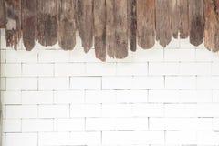 Muro di mattoni bianco e vecchio fondo di legno Fotografia Stock Libera da Diritti