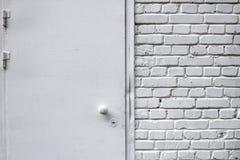 Muro di mattoni bianco Porta del metallo Immagine Stock Libera da Diritti