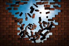 Muro di mattoni che cade facendo un foro al cielo soleggiato fuori Fotografia Stock