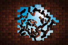 Muro di mattoni che cade facendo un foro al cielo soleggiato fuori Fotografia Stock Libera da Diritti
