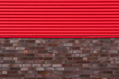 Muro di mattoni con di piastra metallica Immagine Stock
